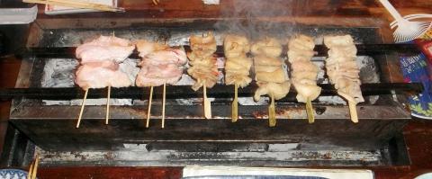 西武池袋線石神井公園駅近く東京都練馬区石神井町2丁目にある自分で焼ける焼ける焼鳥店スマイリー城で自分で焼いているところ