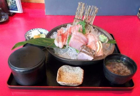 大泉学園駅近くの魚料理、海鮮料理まるふくのおまかせ刺身盛り定食