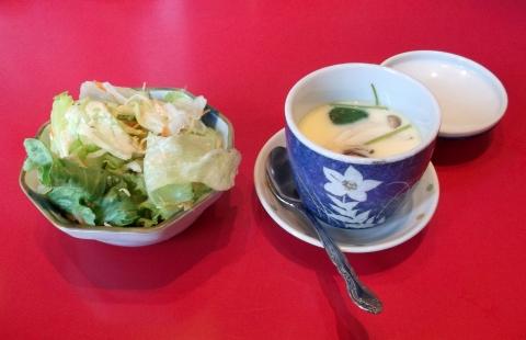 大泉学園駅近くの魚料理、海鮮料理まるふくのおまかせ刺身盛り定食に付いているサラダと茶碗蒸し