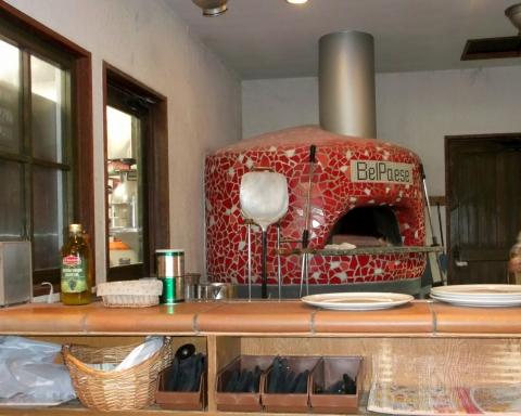 東武スカイツリーラインの武里駅と一ノ割駅近くの埼玉県春日部市備後東にあるイタリアンのイタリア厨房ベルパエーゼBelPaese春日部店のピザを焼くための窯
