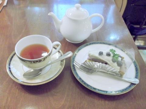 東京都新宿区西新宿1丁目にあるにある喫茶店「Cafe Amati カフェ アマティ 小田急エース南館」アップルティーとブルーベリーケーキ
