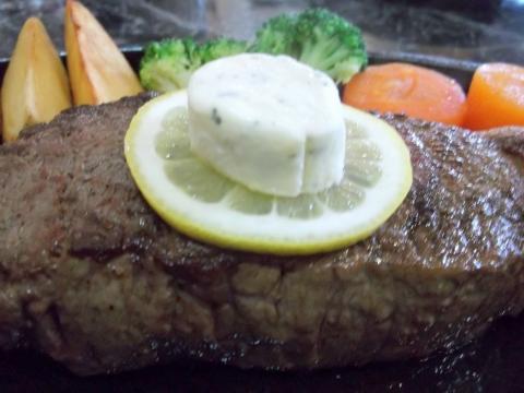 ハンバーグとステーキのお店花もようのニュージーランド産サーロインステーキ300gステーキの上にレモンと香草バター