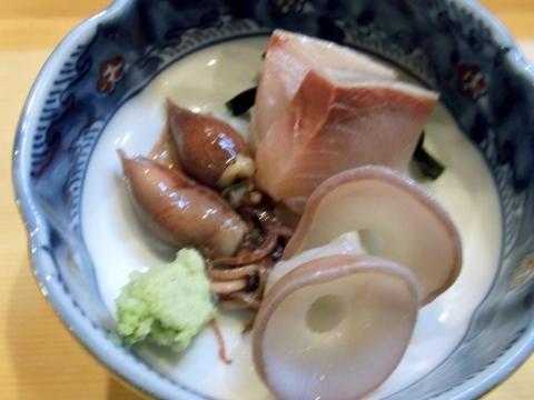 越谷市せんげん台駅東口千間台東にある寿司店その名もおすしやさんのカンパチタコの吸盤ホタルイカの刺身