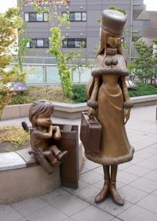 東京都練馬区東大泉5丁目にある西武池袋線大泉学園駅にある銀河鉄道999の鉄郎とメーテルの銅像