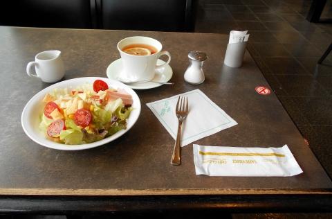 都営新宿線の瑞江駅を最寄駅とする東京都江戸川区瑞江2丁目にあるカフェのコーヒーハウス・シャノアール CHAT NOIR 瑞江店のCセット サラダ+選べるドリンク