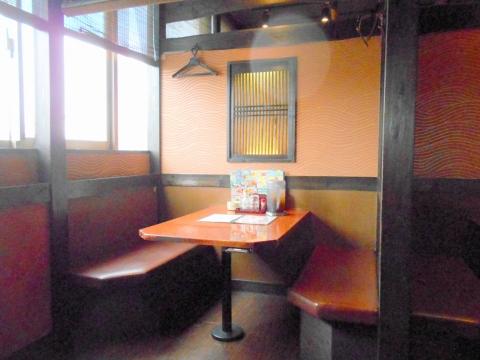 東京都足立区六町1丁目にある海鮮居酒屋「はなの舞 足立六町店」店内