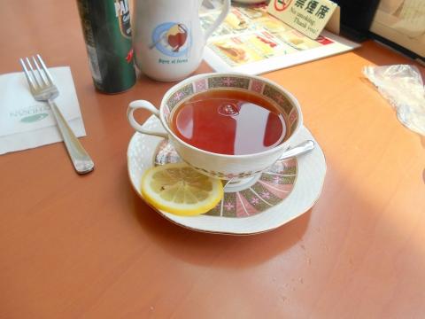 つくばエクスプレスの六町駅を最寄駅とする東京都足立区一ツ家2丁目にある喫茶店珈琲館足立一ツ家店の珈琲館のナポリタンランチセットのホットレモンティー