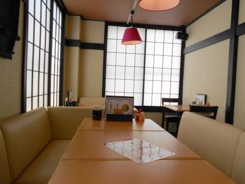 東武スカイツリーラインのせんげん台駅を最寄駅とする埼玉県越谷市千間台西2丁目にあるインドネパール料理のQUEENGARDENクイーンガーデンの店内