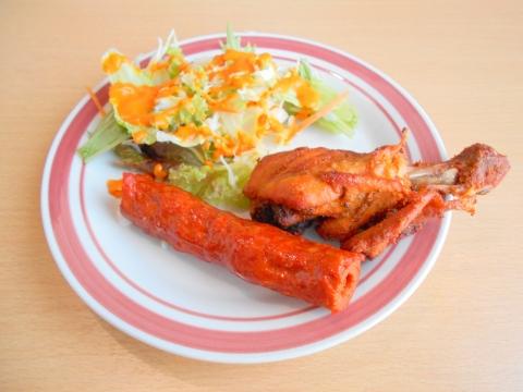 東武スカイツリーラインのせんげん台駅を最寄駅とする埼玉県越谷市千間台西2丁目にあるインドネパール料理のQUEENGARDENクイーンガーデンのバーべキューセットのタンドリーチキン1ピースとシークカバブ1ピース
