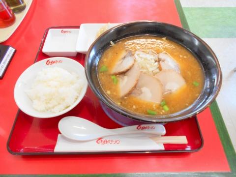 つくばエクスプレスの青井駅もしくは六町駅を最寄駅とする東東京都足立区青井5丁目にあるくるまやラーメン青井店の極旨チャーシューメン醤油味と手作り餃子と半ライス