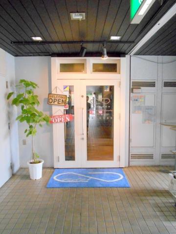 東武スカイツリーラインのせんげん台駅を最寄駅とする埼玉県越谷市千間台東1丁目にあるバーラウンジRoundHouseCreativeRounge ラウンドハウスクリエイティブラウンジの外観