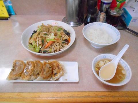 つくばエクスプレスの六町駅を最寄駅とする東京都足立区一ツ家2丁目にある中華料理店一兆のヤサイイタメとギョウザと半ライスとスープ