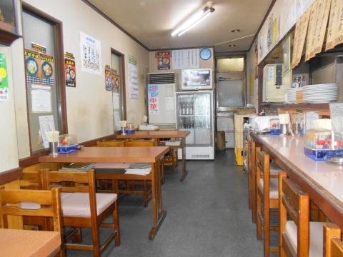 つくばエクスプレスの六町駅を最寄駅とする東京都足立区一ツ家2丁目にある中華料理店比良井の店内