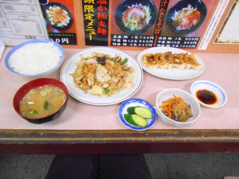 つくばエクスプレスの六町駅を最寄駅とする東京都足立区一ツ家2丁目にある中華料理店比良井の肉野菜炒め定食と餃子