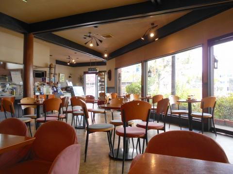 東武スカイツリーラインせんげん台駅を最寄駅とする埼玉県越谷市千間台西1丁目にある喫茶店サンミシェルの店内