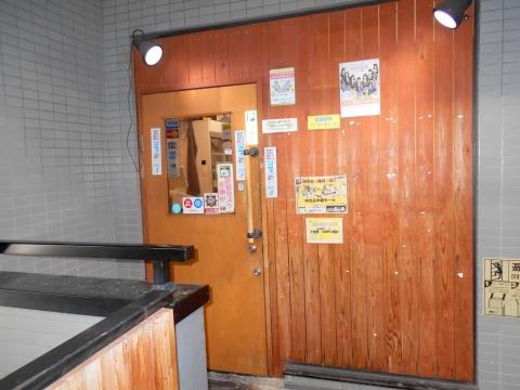 東武スカイツリーラインせんげん台駅を最寄駅とする埼玉県越谷市千間台東1丁目にある七輪焼肉安安せんげん台店の入口