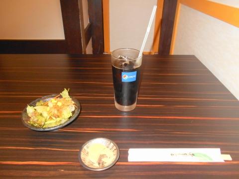 埼玉県さいたま市大宮区大門町1丁目にある居酒屋「個室居酒屋 時しらず」ドリンク(アイスコーヒー)とサラダと小鉢