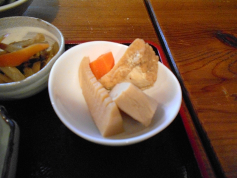 東京都練馬区東大泉1丁目にある焼鳥店「鳥よし 大泉店」鳥唐揚げ定食の小鉢