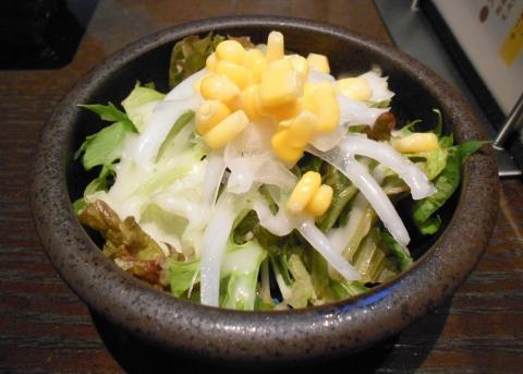 東京都練馬区東大泉1丁目にあるカフェ「CAFE SALON 静かの海」オムライスセットのサラダ