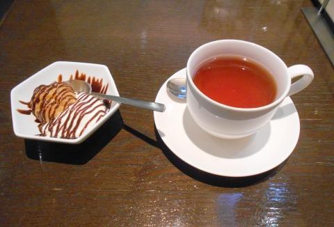 西武池袋線の大泉学園駅を最寄駅とする東京都練馬区東大泉1丁目にあるカフェCAFESALON静かの海のオムライスセットの国産の紅茶とデザート