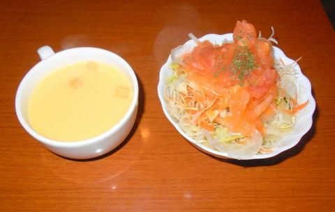 つくばエクスプレスの青井駅と東京メトロ千代田線の綾瀬駅近くの東京都足立区綾瀬6丁目にある洋食店グリルトシgrilltoshiのスープとサラダ