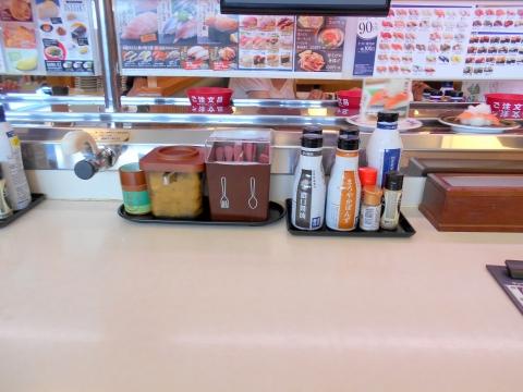 東京都足立区加平にある回転寿司「はま寿司 加平店」店内