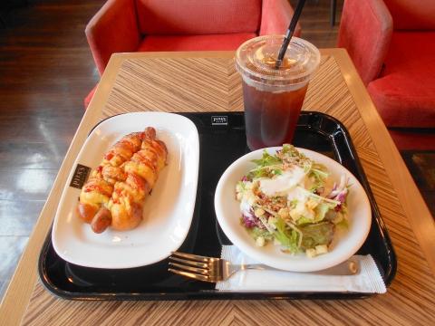 埼玉県さいたま市大宮区大門町にあるカフェ「PIER'S CAFE ピアーズカフェ 大宮店」ウインナロールとサラダとアイスティー