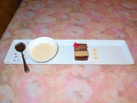 西武池袋線の大泉学園駅を最寄駅とする東京都練馬区東大泉1丁目にあるイタリア料理店リストランテカルドRISTORANTE CALDEの白桃のスープとコーヒー風味のチョコレートケーキ