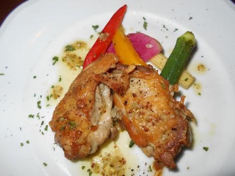 西武池袋線の大泉学園駅を最寄駅とする東京都練馬区東大泉4丁目にあるイタリアンのお店ENOTECALIONEエノテカリオーネの鶏もも肉のソテーハニーマスタードソースのアップ