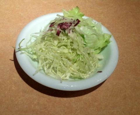 東京都新宿区歌舞伎町1丁目にある洋食、ハンバーグ、ステーキのお店「バンビ 新宿サブナード店」サラダ