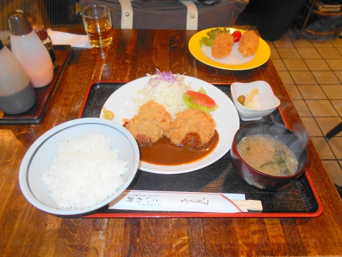 JR総武本線の新小岩駅を最寄駅とする東京都葛飾区新小岩1丁目にある洋食ととんかつのこいわ軒のビーフカツセットとカニクリームコロッケ