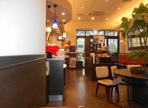 埼玉県所沢市くすのき台1丁目にあるカフェ「TULLY'S COFFEE タリーズコーヒー エミオ所沢店」店内