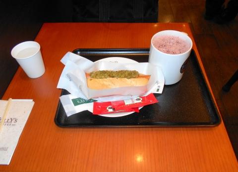 埼玉県所沢市くすのき台1丁目にあるカフェ「TULLY'S COFFEE タリーズコーヒー エミオ所沢店」カベルネとストロベリーティーとポールパークドッグオリジナル