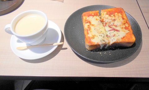 石川県金沢市丸の内にある珈琲専門店、カフェの「金澤屋珈琲店 本店」ピザトーストセット、ピザトーストとホットカフェオレ