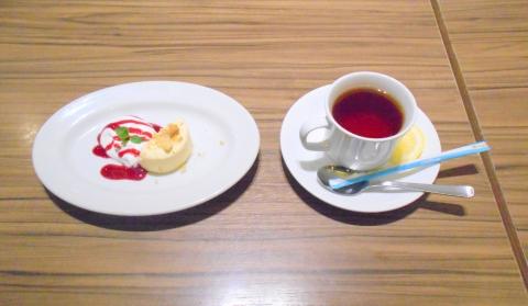 東京都新宿区西新宿1丁目にあるイタリア料理店「ゆであげパスタ&焼き上げピザ ラパウザ 新宿西口パレットビル店」ホットレモンティーと自家製クリームチーズケーキ