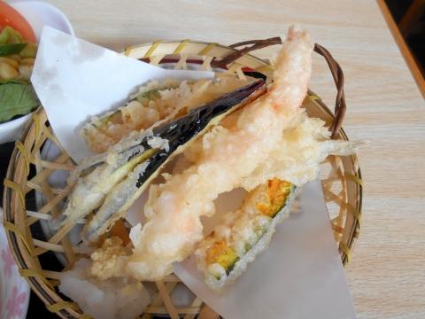 東京都江戸川区瑞江2丁目にある居酒屋「かまどや 瑞江店」かまどや定食の刺身の天ぷら