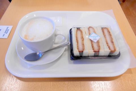 埼玉県所沢市西所沢1丁目にあるパン、サンドイッチのお店「フレッシュベーカリー神戸屋 西所沢駅店」ホットカフェオレとカツサンド