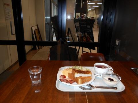 埼玉県さいたま市大宮区錦町にあるカフェと居酒屋のアメポテ大宮店の店内