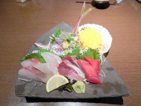 埼玉県所沢市日吉町にある居酒屋 「魚と地酒 葵や 所沢本店」自慢の刺身5点盛り合わせ