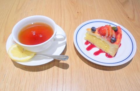 神奈川県相模原市南区相模大野3丁目にあるカフェ「Mauka Meadows マウカメドーズ 相模大野ステーションスクエア店」ホットレモンティーとベリートリーズのタルト