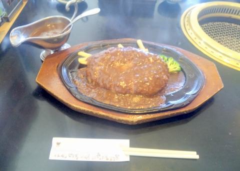 西武池袋線と西武新宿線の所沢駅を最寄駅とする埼玉県所沢市上安松にある焼肉ステーキハンバーグの肉の万世所沢店のハンバーグランチ