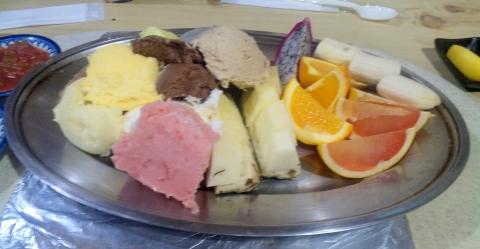 神奈川県相模原市南区相模台4丁目にある焼肉店「焼肉 はせ川」のアイスクリームとフルーツ盛り合わせ