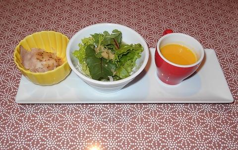 JR東北本線の古河駅を最寄駅とする茨城県古河市下大野にあるカフェB'sCAFE石窯ダイニング古河店の料理長おすすめステーキランチセットの前菜とスープとサラダ