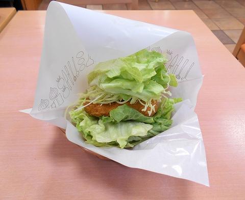 西武池袋線の練馬駅を最寄駅とする東京都練馬区練馬1丁目にあるハンバーガーファーストフードのモスバーガー練馬駅店の菜摘のチキンバーガー