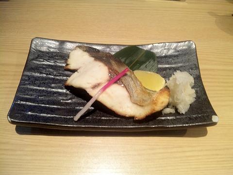 東京都中野区本町2丁目にある居酒屋「匠屋 あいべ」ヒラマサの塩焼き