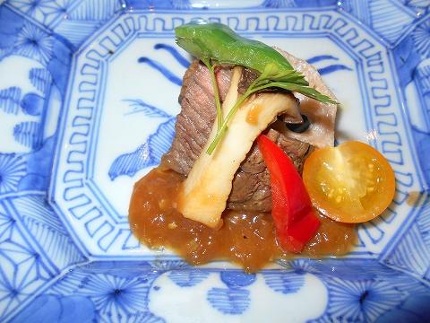 広島県広島市西区三滝町にある料亭「三瀧荘」雅コースの焼物(特選牛 葱ソース 季節の野菜を添えて)