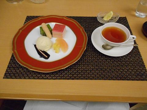 JR山陽本線の尾道駅を最寄駅とする広島県尾道市新浜1丁目尾道国際ホテル内にある洋食とレストランのラ・メールのエトワールのデザートと紅茶