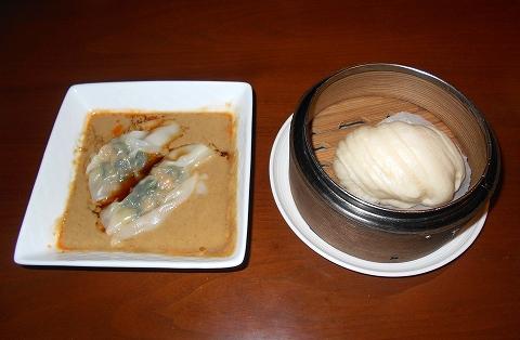 埼玉県さいたま市見沼区大和田にある中華料理、創作料理のお店「ASIAN FRENCH DINING 味市場 大和田本店」四川風胡麻ソース水餃子 花巻を添えて