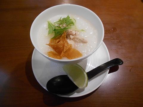 埼玉県さいたま市見沼区大和田にある中華料理、創作料理のお店「ASIAN FRENCH DINING 味市場 大和田本店」蒸し鶏の中華粥 ライムを搾って