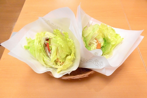 西武新宿線の武蔵関駅を最寄駅とする東京都練馬区関町北4丁目にあるハンバーガーファーストフードのモスバーガー武蔵関店の菜摘のチキンと菜摘のモス野菜